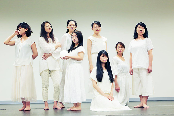 "MITAKA ""Next"" Selection 18th 風琴公房公演『アンネの日』(詩森ろば作・演出)の登場人物たち。 撮影/坂攻樹"