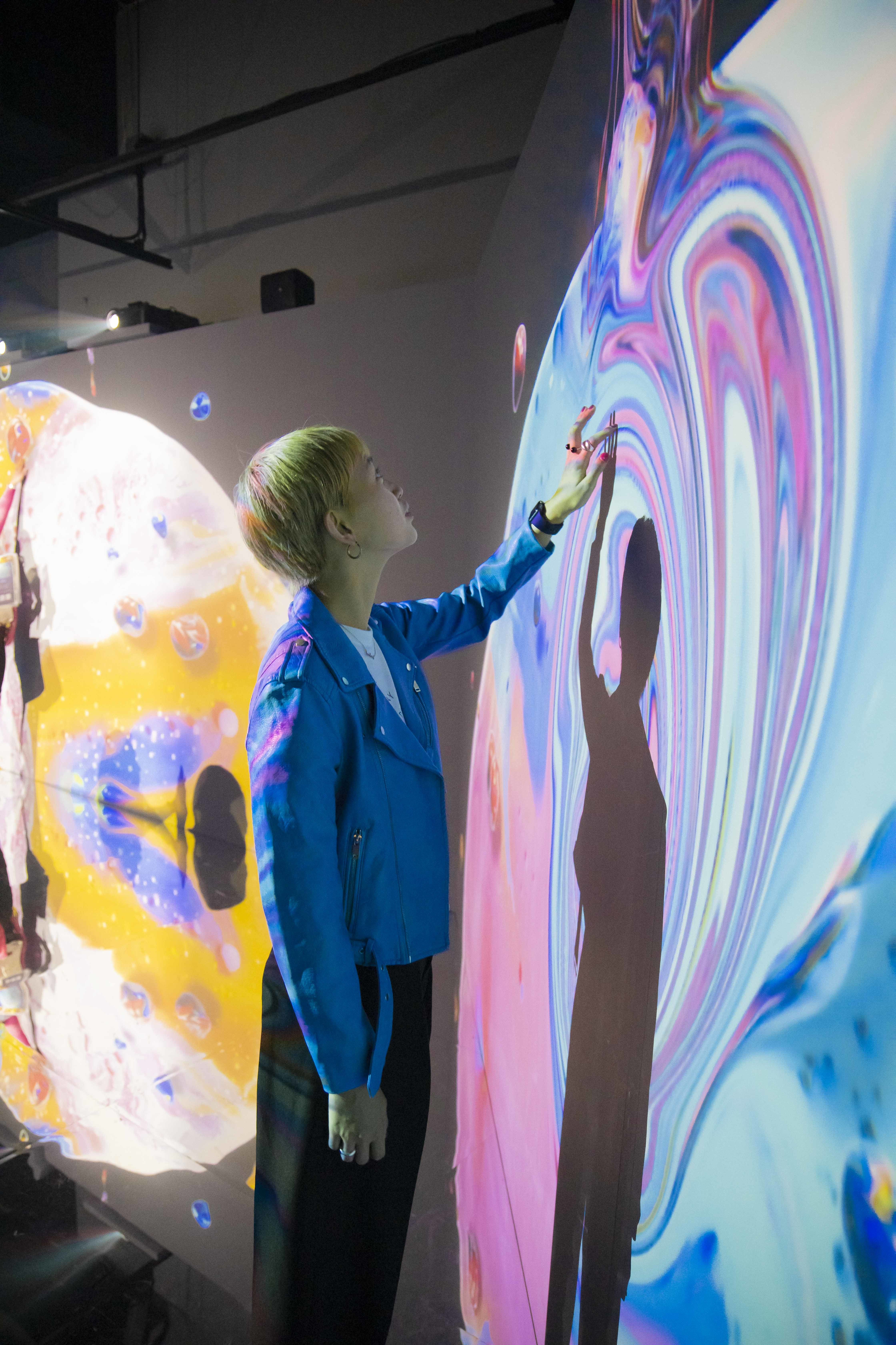 <Fluid Wall>エリアでは、手で触れて楽しむアートも!