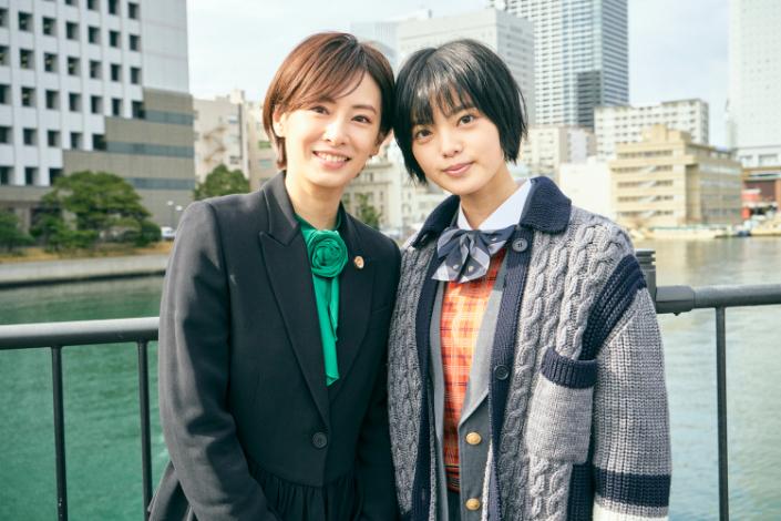 左から、北川景子、平手友梨奈 (C)2021映画「さんかく窓の外側は夜」製作委員会 (C)Tomoko Yamashita/libre
