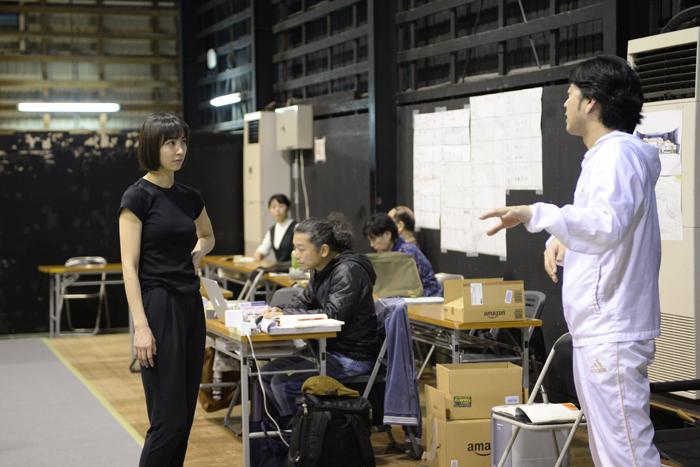 (左から)篠田まり子、宅間孝行 劇中は溌剌とした笑顔だったが、演出を受けるときの表情は真剣