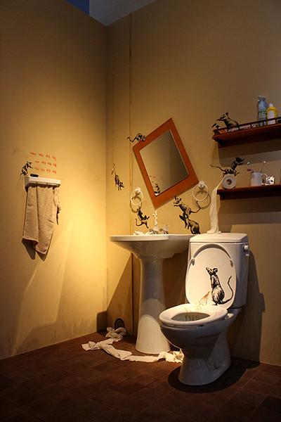 2020年4月15日バンクシーがインスタグラムに投稿した自宅トイレを再現