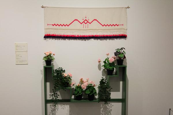 画集『日向へ』表紙のモチーフとなった花台(レプリカ) カーテンはカーリン作