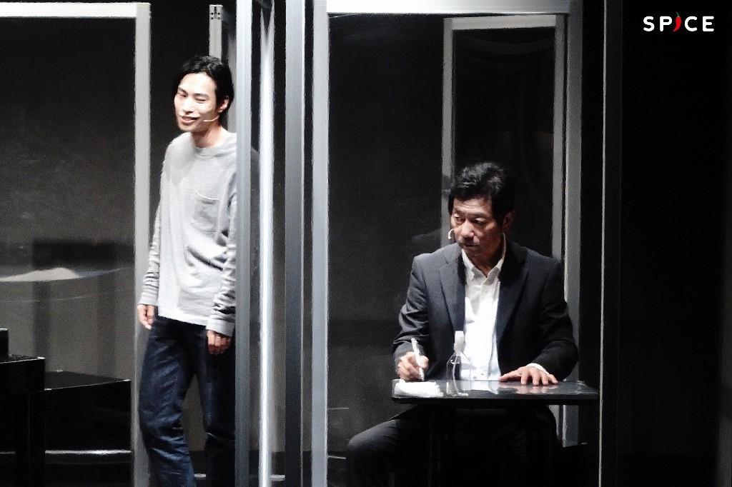 舞台『YARNS』ゲネプロより (左から)大山将司、中村まこと 撮影:岩田えり