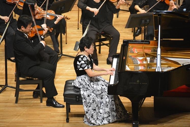 大阪フィルと共演。コンサートマスターは田野倉雅秋(2016.11.6)  写真提供:みつなかホール