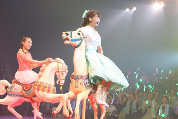 三森すずこ「Fun! Fun! Fantasic Funfair!」の様子。(c)ポニーキャニオン