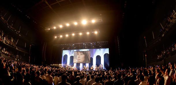 """12月7日に発売されたDVD「ZARD 25th Anniversary LIVE """"What a beautiful memory""""」のワンシーン。"""