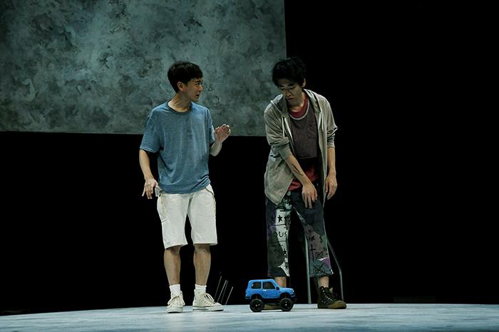 左から:篠山輝信 柄本時生 (世田谷パブリックシアター『チック』 撮影:細野 晋司)