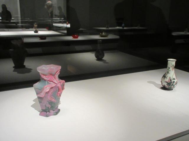左:花器「カトレア」 エミール・ガレ 1900年頃 サントリー美術館 右:白地二色被花鳥文瓶 中国 清時代・乾隆〜嘉慶年間 18世紀 サントリー美術館