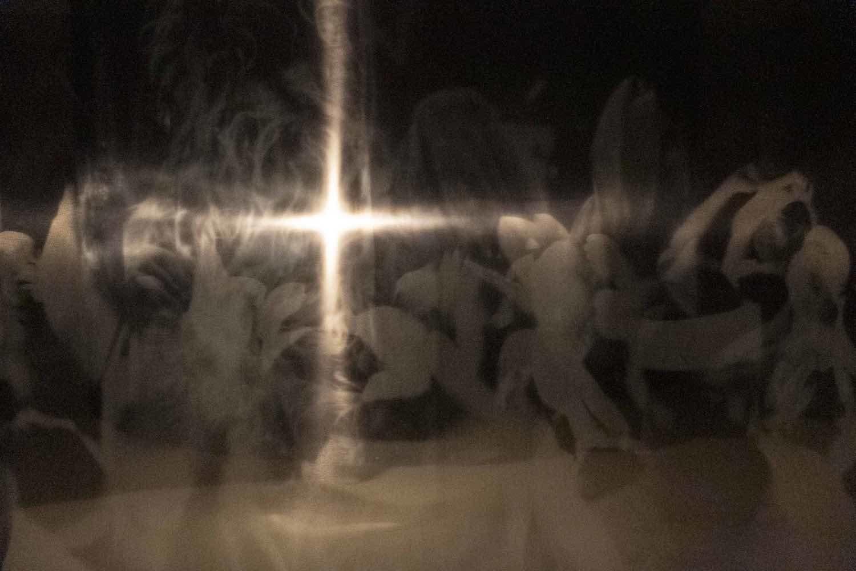 スクリプカリウ落合安奈《Blessing beyond the borders(部分)》各地で信仰や神事を捉えた写真群, サウンド, ライト   サイズ可変   2019年