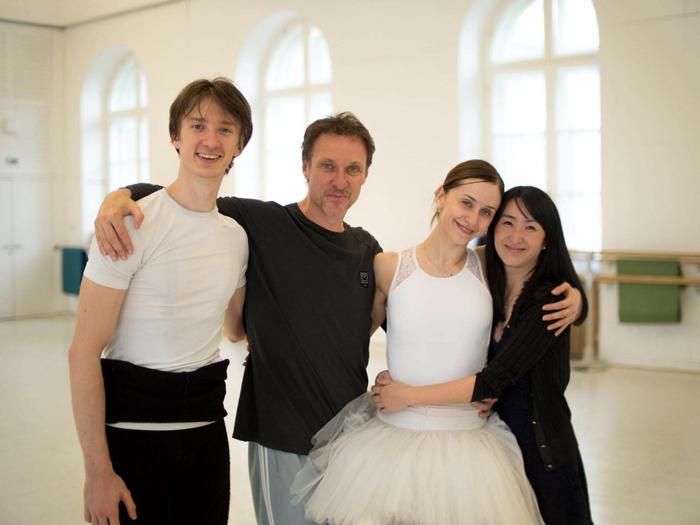 左よりワディム・ムンタギロフ、マニュエル・ルグリ、マリアネラ・ヌニェス、滝澤志野 (C)Ashley Taylor