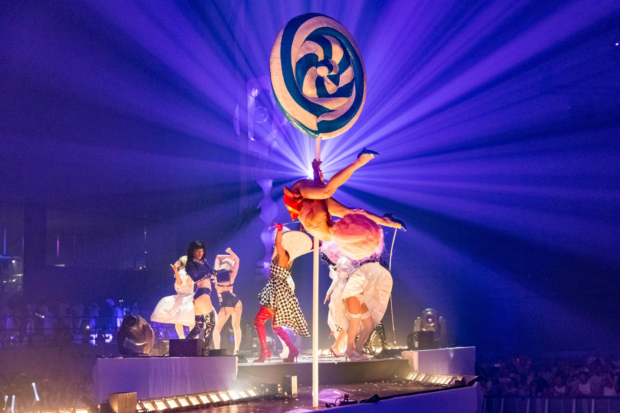 ポールダンスも披露、魅惑的なステージが演出される