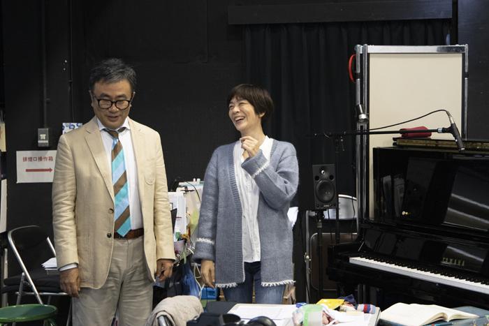 初演稽古場より三谷幸喜、荻野清子  (撮影:加藤孝)