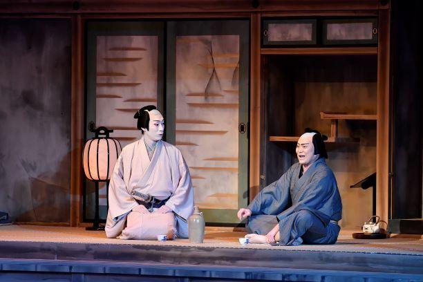 ドタバタ忍び込んできた伝九郎(松緑)が、人生を諦めかけていた若殿(巳之助)の心をとかしていく。 /『泥棒と若殿』(C)松竹