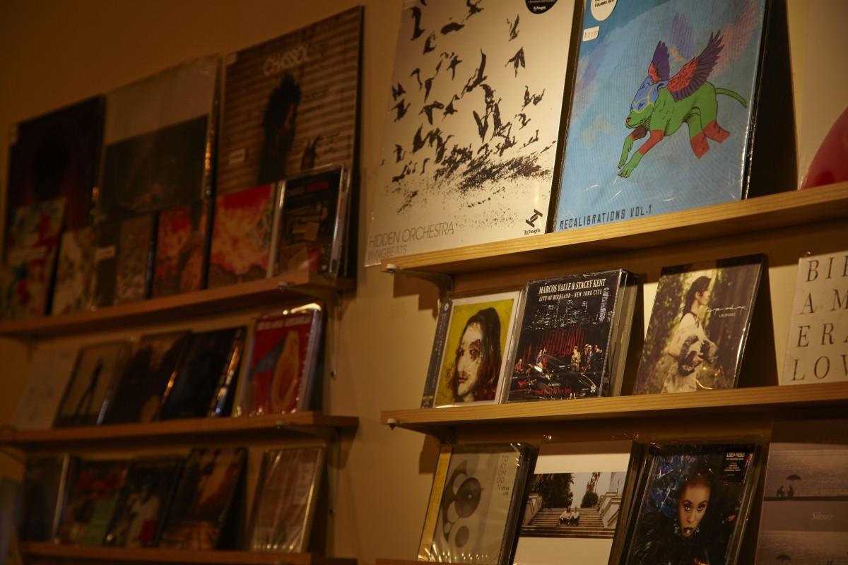もちろんすべてではないが、『Bar Music』でよくかかる音楽が買えるコーナーも。CDだけでなくレコードも置かれている。中村さんが運営するレーベル「ムジカノッサ・グリプス」による、店名を冠にしたコンピレーションCDも人気。