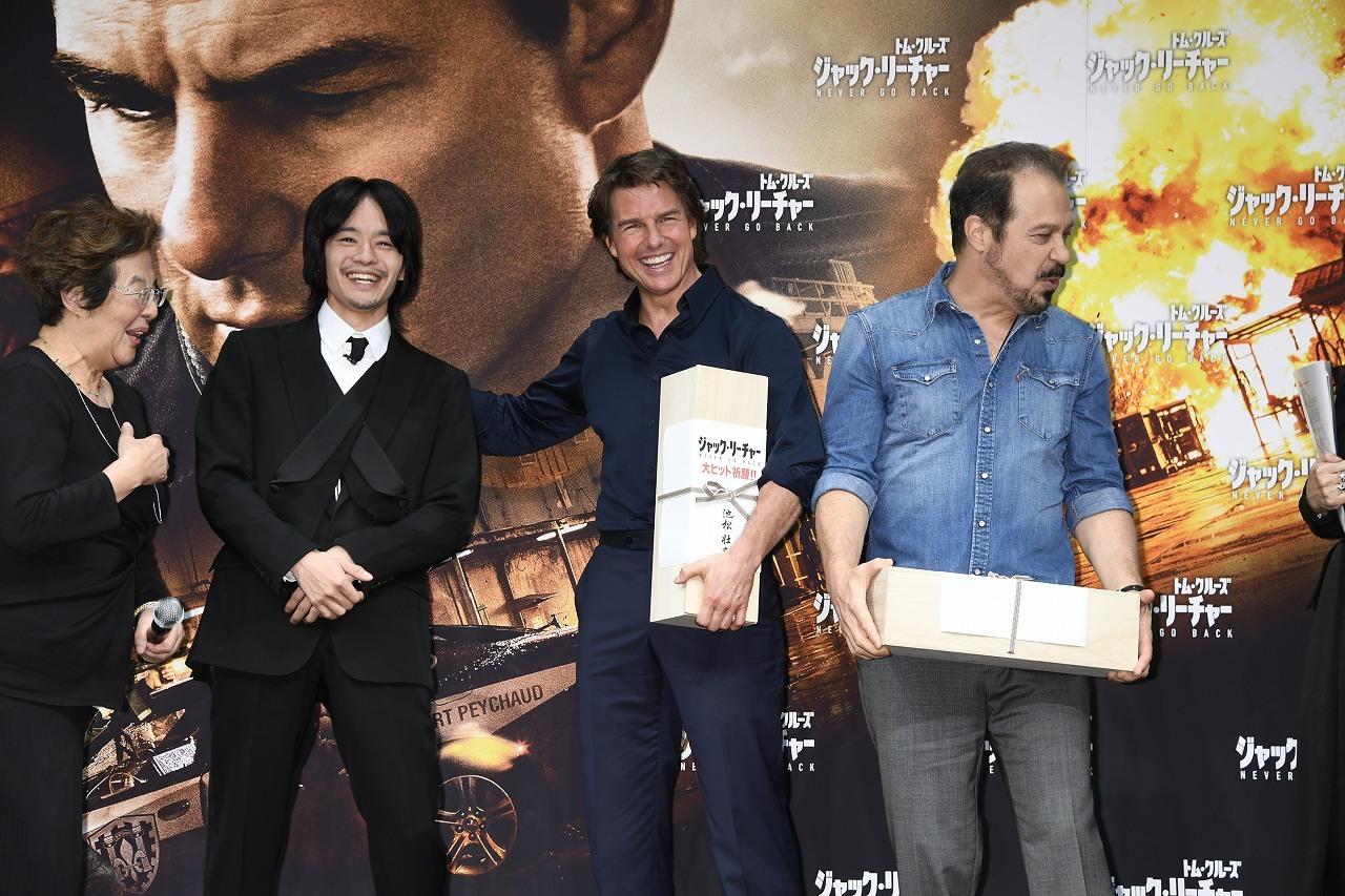 左から、池松壮亮、トム・クルーズ、エドワード・ズウィック監督