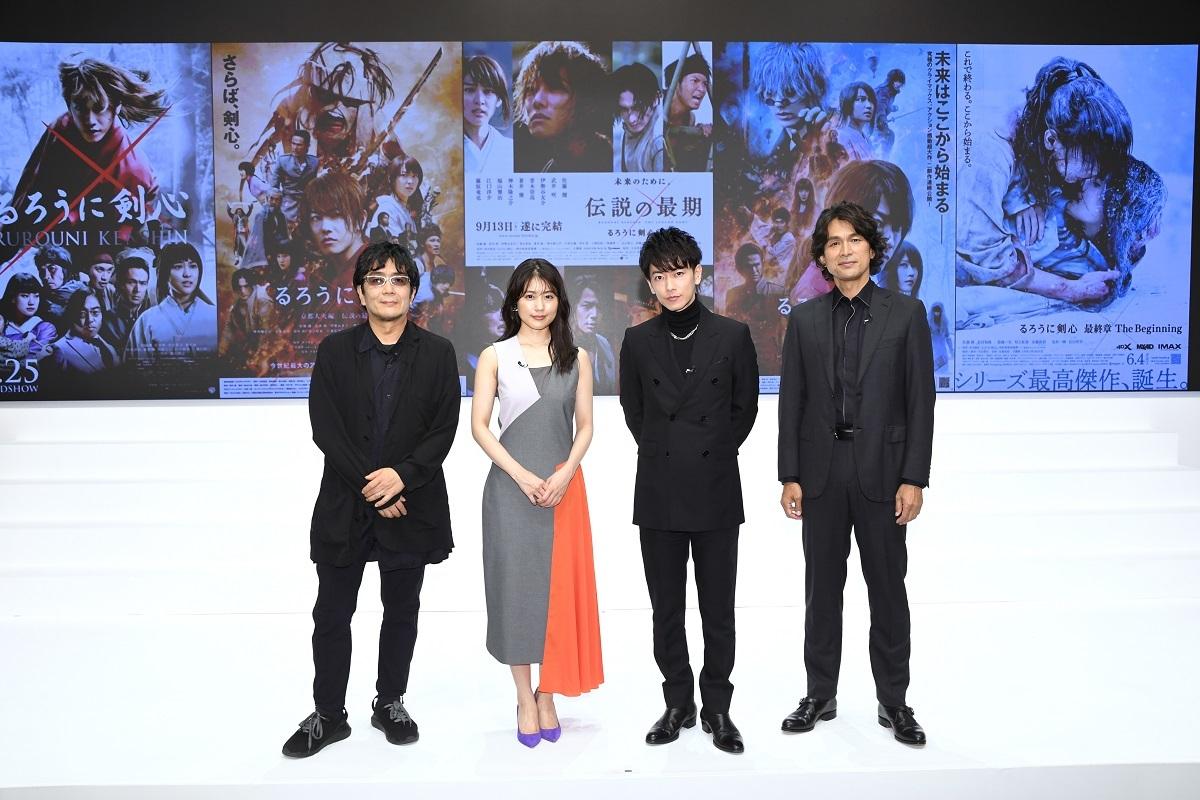 左から、大友啓史監督、有村架純、佐藤健、江口洋介