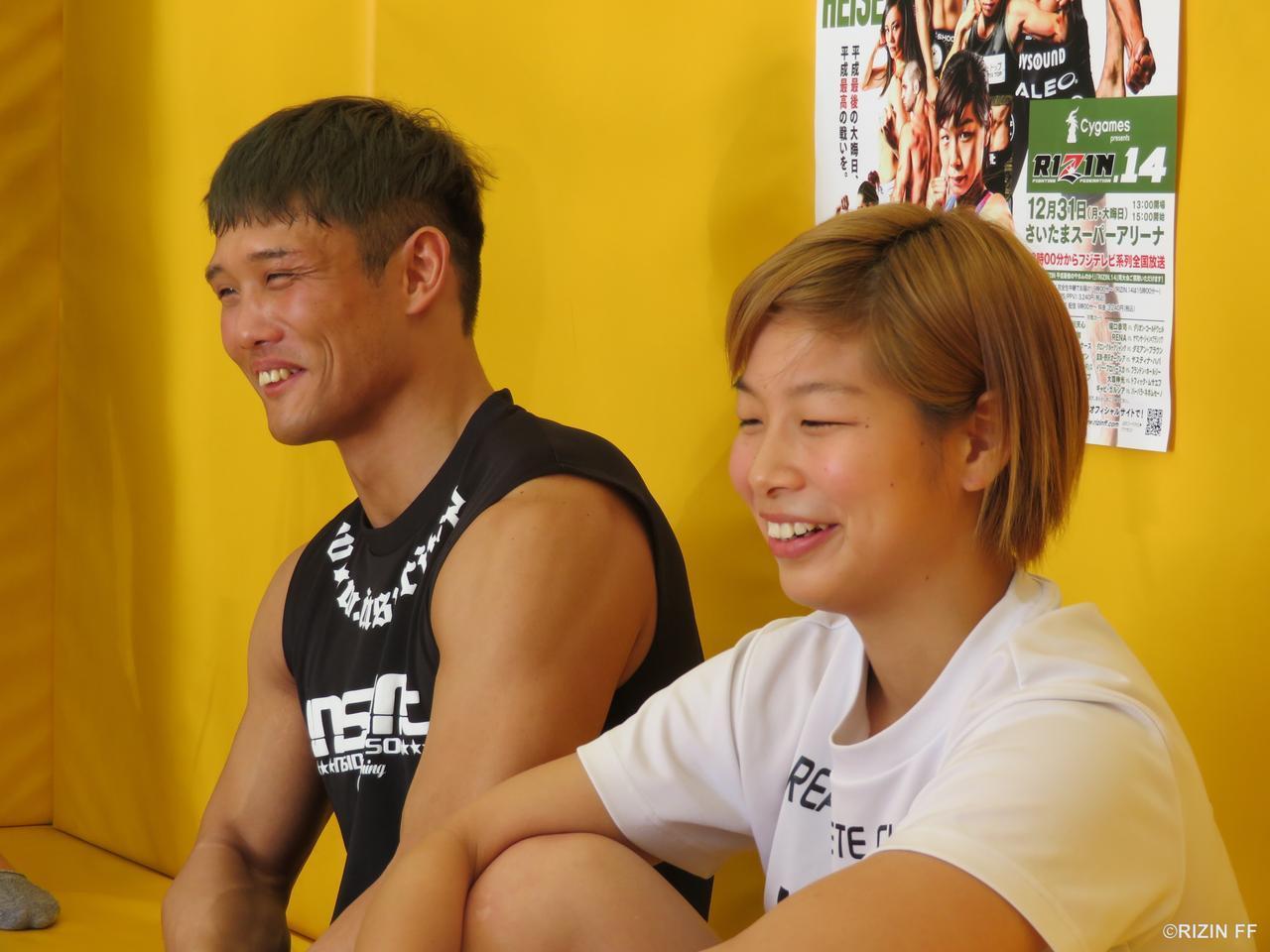 笑顔を見せる朝倉と大尊