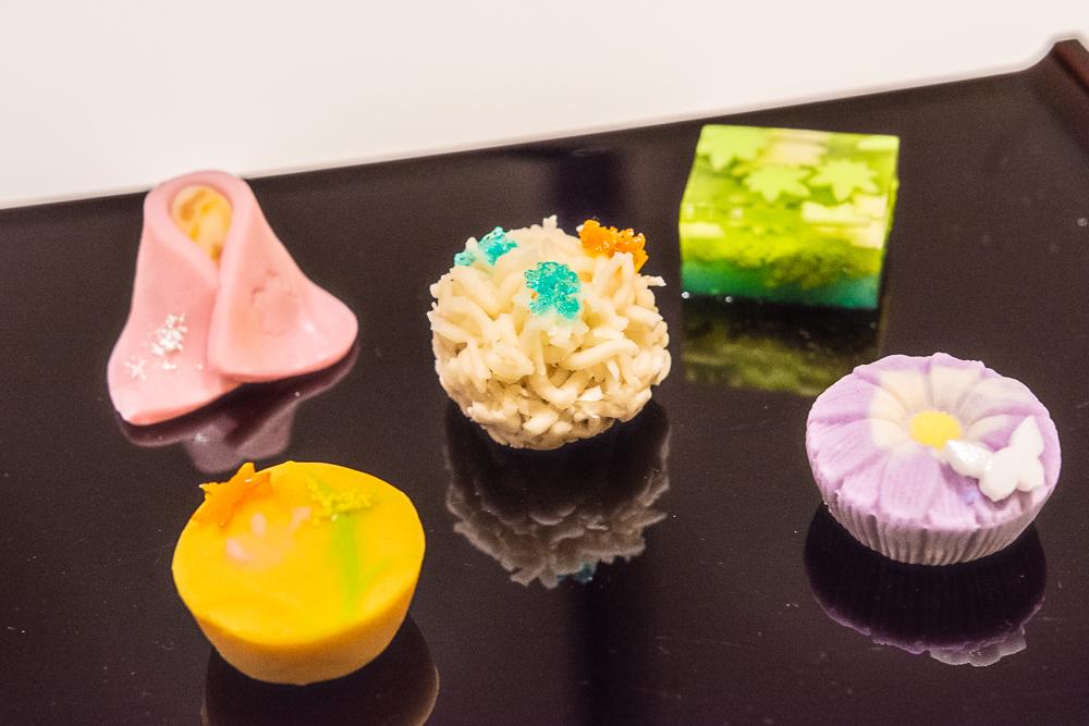 ミュージアムカフェ「Cafe椿」で期間限定で提供されるオリジナルの和菓子。左上は、「清姫」をモチーフにしたもの。