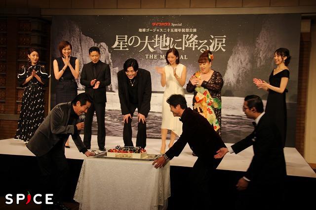 間もなく誕生日を迎える新田真剣佑にサプライズでケーキが運ばれた