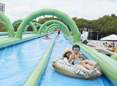 都会の真ん中で大胆に水遊び、大阪城公園に今年も「水の王国」が出現