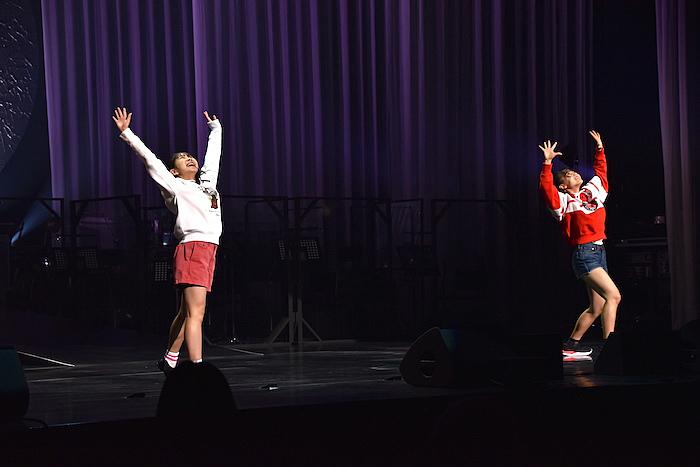 2人1組で披露したダンス審査の様子。写真は、久慈愛さんと光安なづなさん(左から)  (撮影:五月女菜穂)