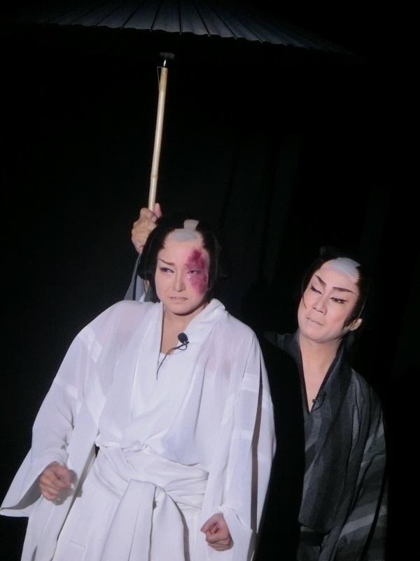 芝居『伝八時雨傘』ラスト。何もかも失った伝八にそれでも傘を差しかける腕の温かさ。(2015/9/5)筆者撮影