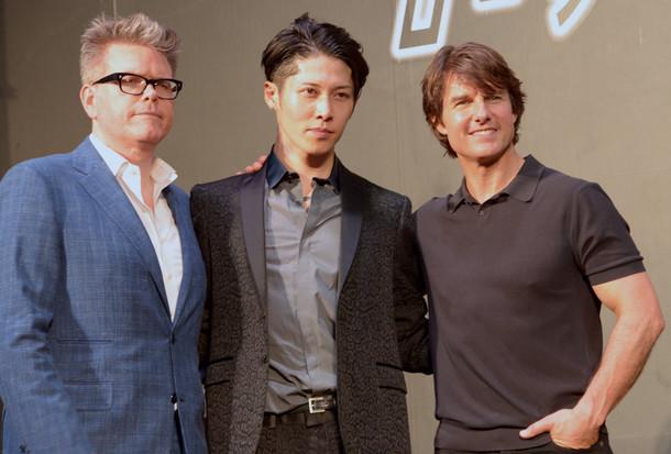 左からクリストファー・マッカリー監督、MIYAVI、トム・クルーズ。