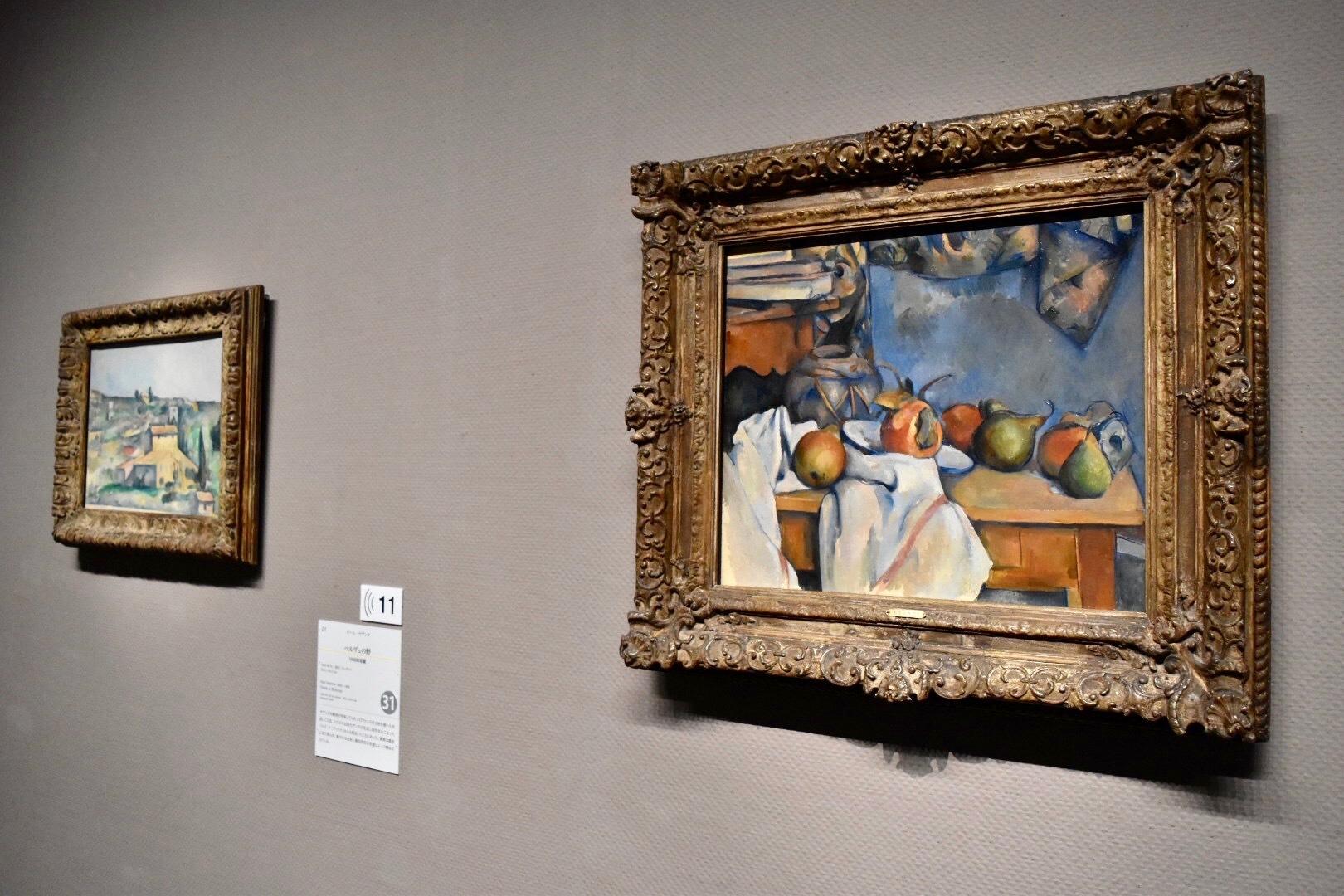 展示風景:右:ポール・セザンヌ 《ザクロと洋梨のあるショウガ壺》 1893年 左奥:ポール・セザンヌ 《ベルヴュの野》 1892-95年