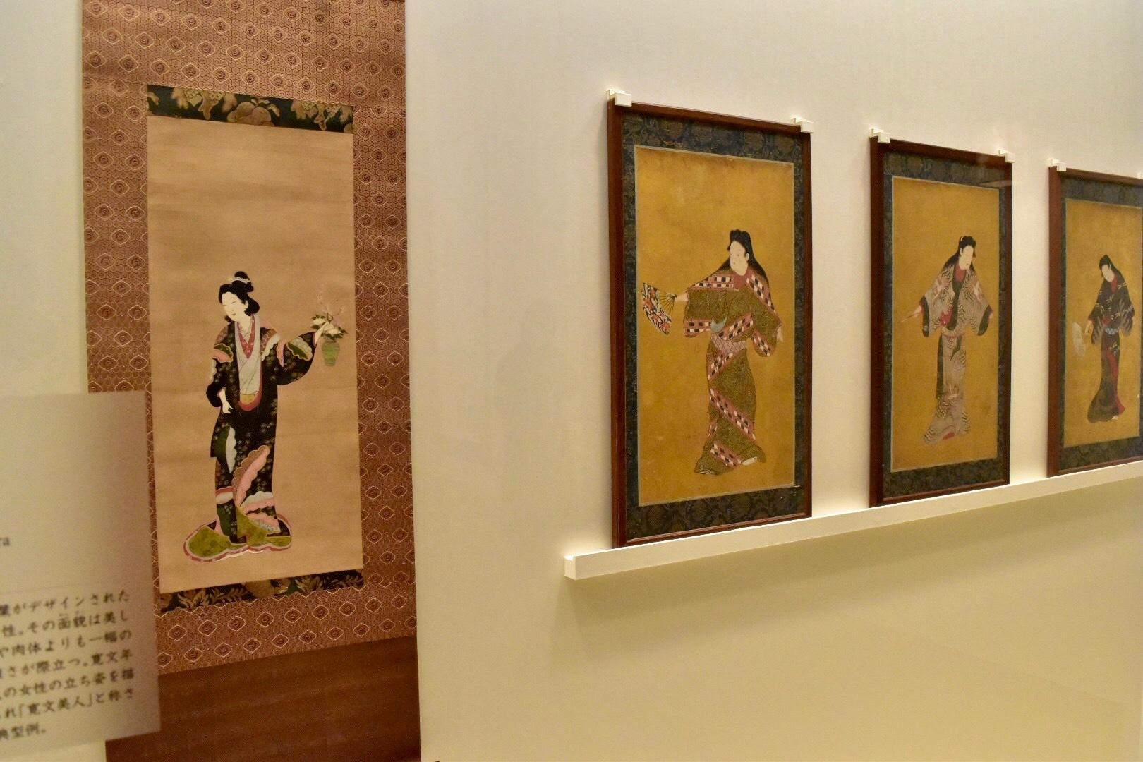 左:《寛文美人図》江戸時代 個人蔵 右:《舞踊図》(重要美術品)江戸時代 サントリー美術館蔵