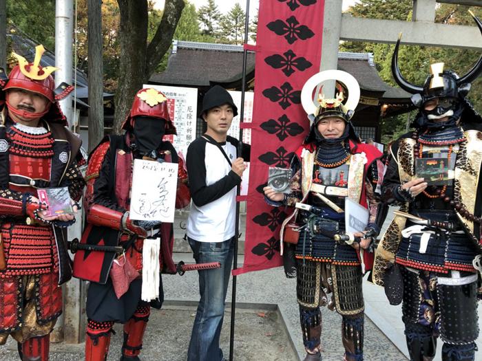 武田神社で「躑躅ヶ崎歴史案内隊」の皆さんと筆者・高木大地