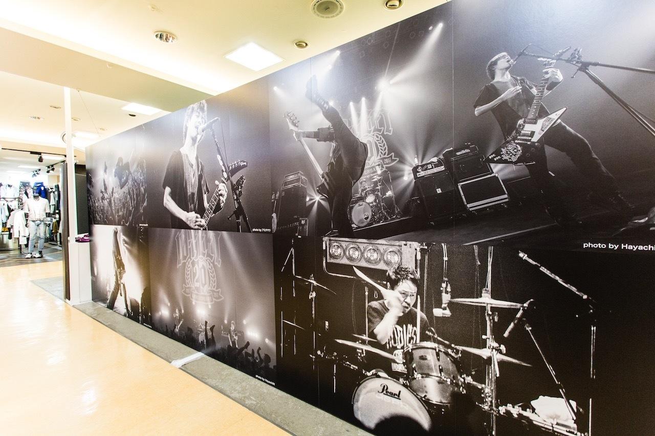 会場外の壁にはライブ写真も大きく展示されている
