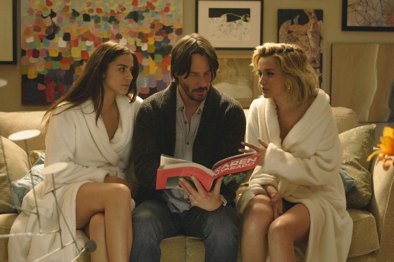 左から、ロレンツァ・イッツォ、キアヌ・リーブス、アナ・デ・アルマス © 2014 Camp Grey Productions LLC