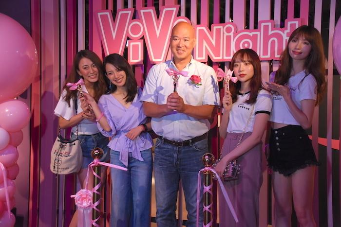 マダム・タッソー東京の新エリアオープンを祝って、テープカットをするピーター・リー氏(中央)ら
