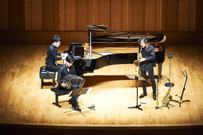 上野耕平(サクソフォン)、山中惇史(ピアノ)、三浦一馬(バンドネオン) (撮影:山本れお)