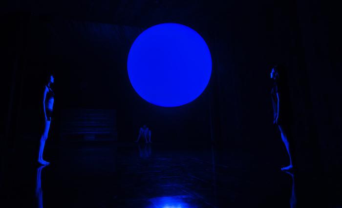 チームラボ《空中浮揚》 (C)チームラボ(写真=オフィシャル提供) 下降するときは青く光る