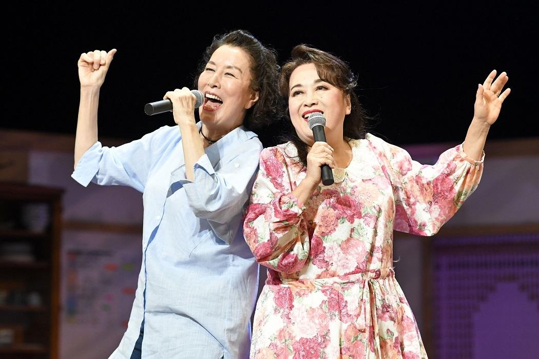 『喜劇 老後の資金がありません』舞台写真より (左から)高畑淳子、渡辺えり
