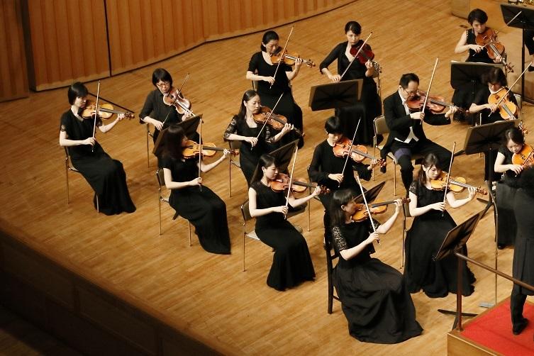 コンサートマスターとしてオーケストラを束ねる赤松由夏  写真提供:ザ・カレッジ・オペラハウス管弦楽団