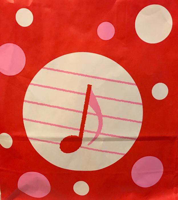 丸美屋の紙袋。「〇」の中に、音符の「ミ」で、「まるみ」屋を表している!
