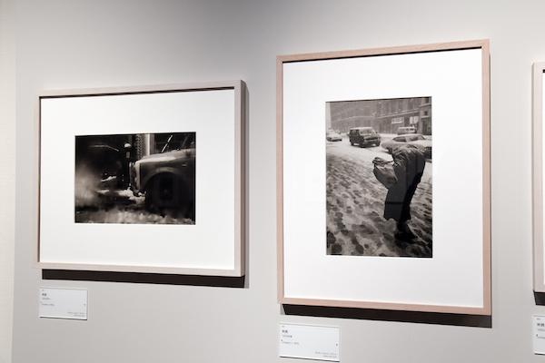 右:ソール・ライター《無題》1970年頃、ゼラチン・シルバー・プリント  左:ソール・ライター《無題》1960年代、ゼラチン・シルバー・プリント (C)Saul Leiter Foundation