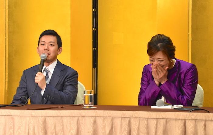 藤山扇治郎(左)の発言に笑う北翔海莉