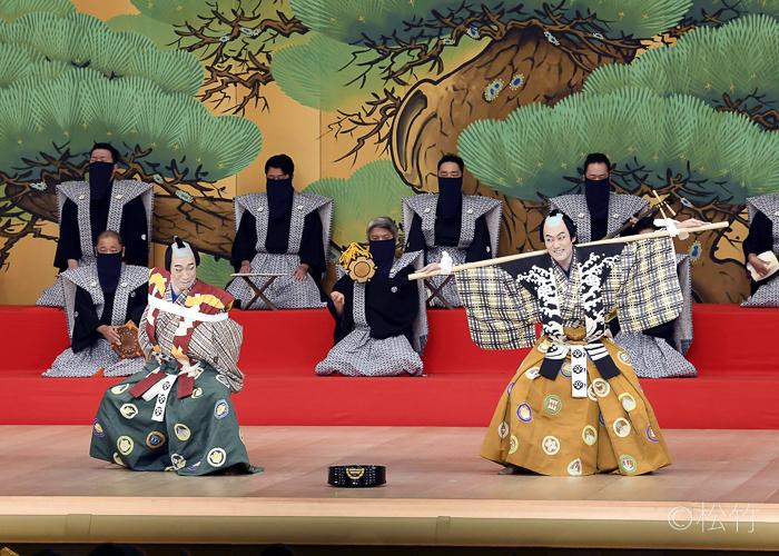『棒しばり』(右より)次郎冠者=中村勘九郎、太郎冠者=坂東巳之助