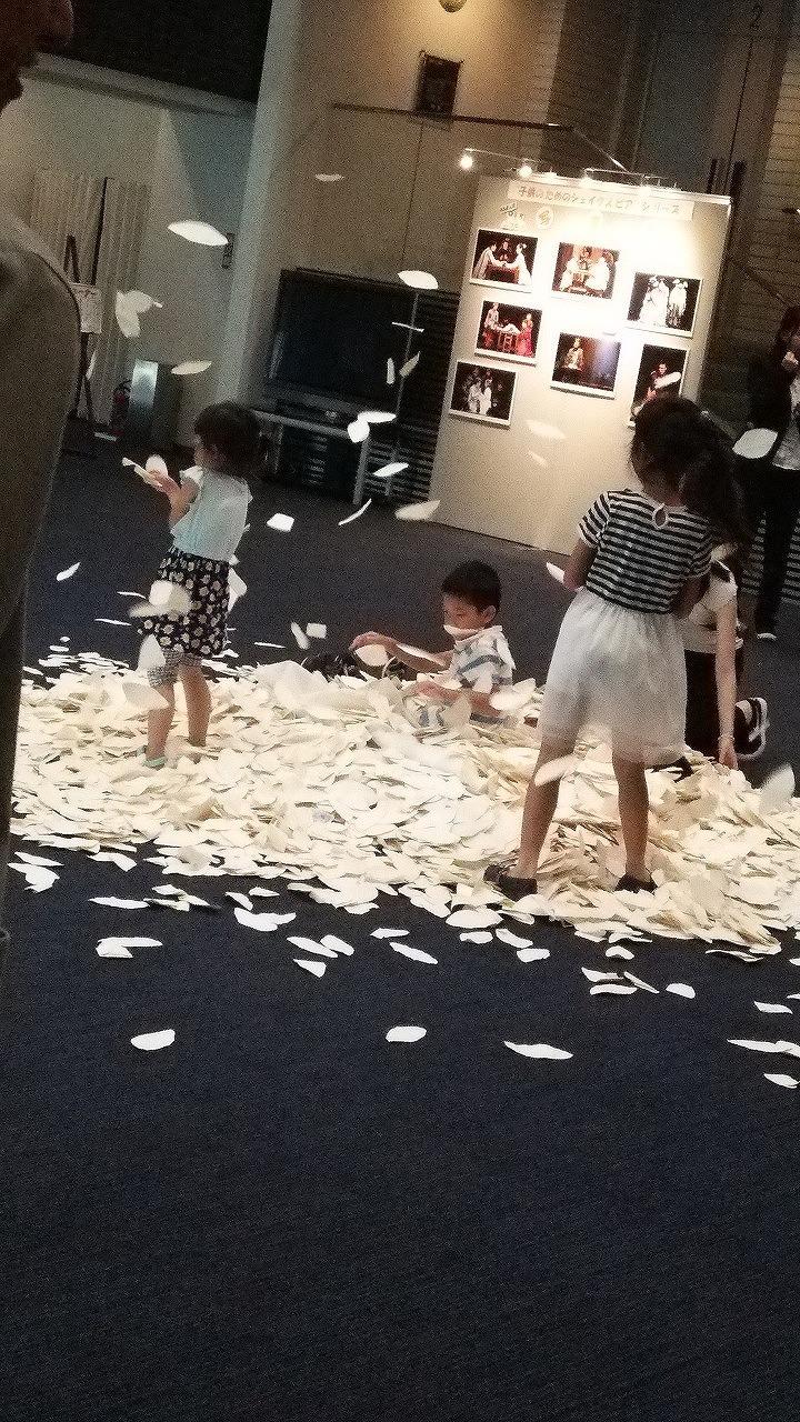 「王様はっぱが舞う季節」のコーナーで遊ぶ子供たち