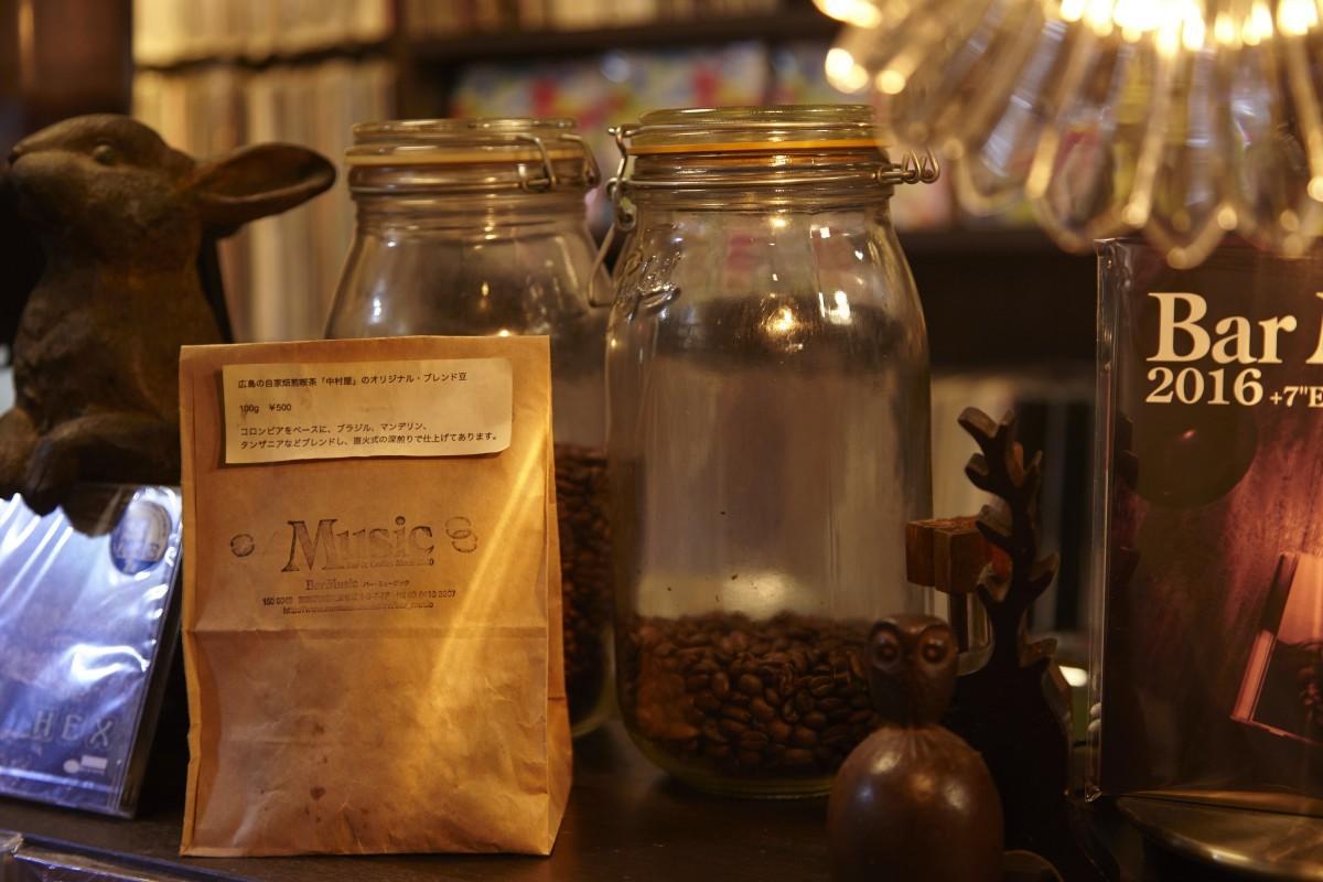 お店で使用されている、広島の自家焙煎喫茶『中村屋』のオリジナル・ブレンド豆は購入可能。深煎りでコクのある、懐かしい味わいはファンが多い。
