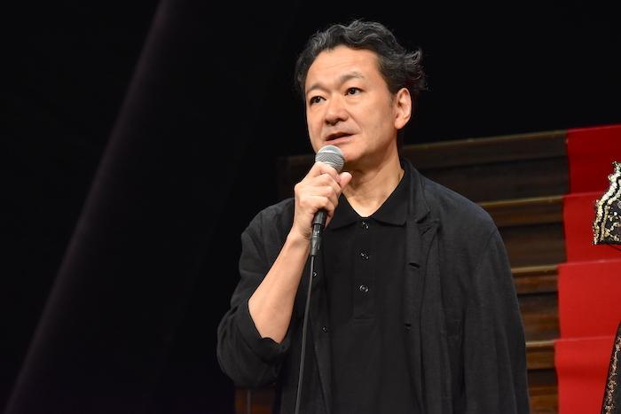 演出の白井晃(KAAT神奈川芸術劇場芸術監督)