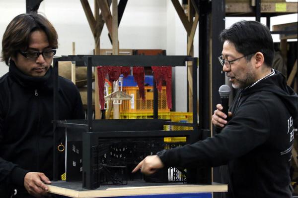 「ジキル&ハイド」の舞台セットを動かしながら説明する山田和也。(左は舞台監督の中村貴彦)