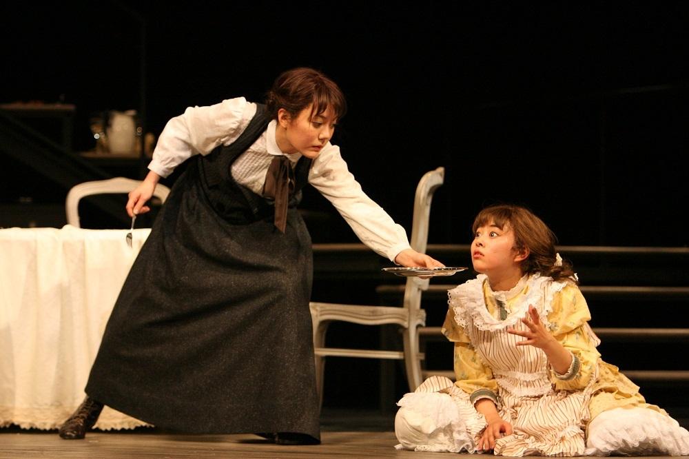 左:鈴木杏、 右:高畑充希 2009年舞台写真より 撮影:田中亜紀