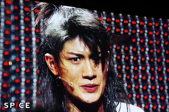 初演で主演を務めた三浦春馬。舞台の一場面がステージに映し出された