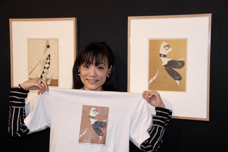 薄井憲二の米寿を記念して作ったTシャツを手にするキュレーター関典子     (C)H.isojima