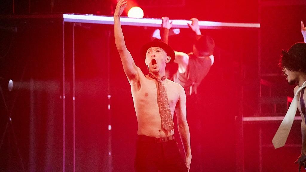 「おしゃれ紳士×梅棒presents『The Story seen from the balcony オシャレ紳士と梅棒のベランダカラミルセカイ』」舞台写真  (C)飯野高拓