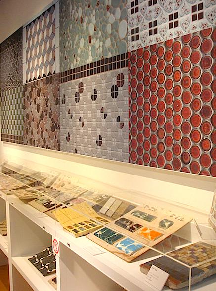 当時の建物に使われた多彩なタイルの見本帳なども展観